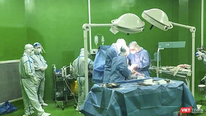 Các bác sĩ thực hiện ca mổ bắt con đối với sản phụ mắc COVID-19 đang điều trị tại Bệnh viện dã chiến Hòa Vang.