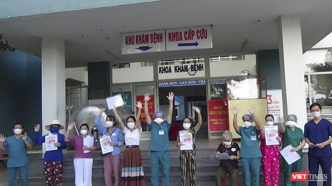 Các bệnh nhân điều trị tại Bệnh viện dã chiến Hòa Vang được xuất viện chiều ngày 16/8.
