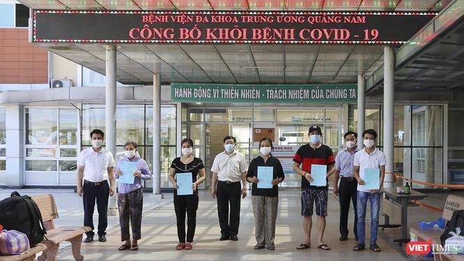 Các bệnh nhân mắc COVID-19 được Bệnh viện đa khoa Trung ương Quảng Nam cho xuất viện sáng nay