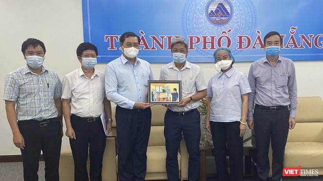 ông Huỳnh Đức Thơ - Chủ tịch UBND TP Đà Nẵng trao quà lưu niệm cho Thứ trưởng Nguyễn Trường Sơn và Bộ phận Thường trực đặc biệt của Bộ Y tế tại Đà Nẵng