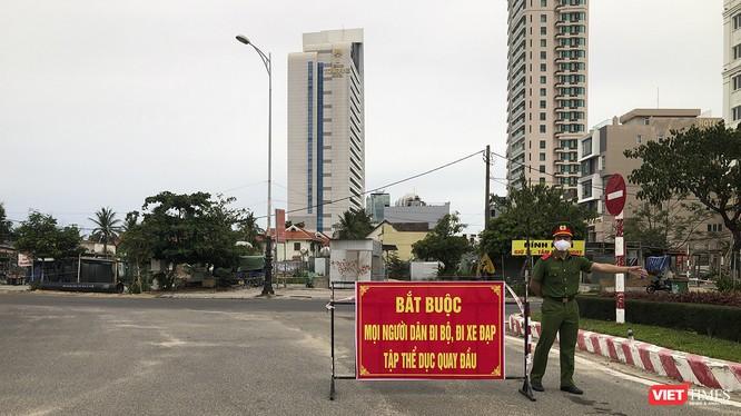 Lực lượng công an kiểm soát tại khu vực bãi biển, cấm người dân tập trung đông người đi bộ, tập thể thao để phòng, chống COVID-19