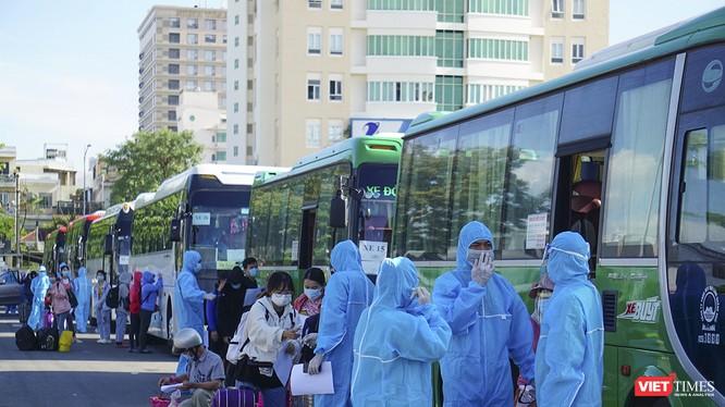 Sáng ngày 22/8, 342 người dân của Quảng Ngãi bị mắc kẹt ở Đà Nẵng đã được đưa về địa phương