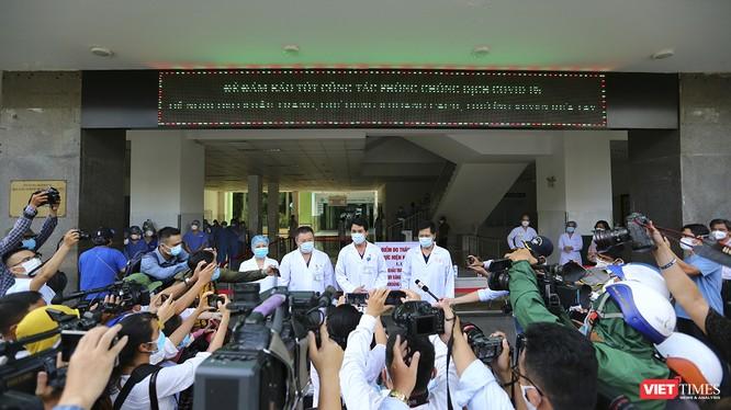 Bác sĩ T.S Lê Đức Nhân – Giám đốc Bệnh viện Đà Nẵng trả lời phỏng vấn báo chí nhân sự kiện Bệnh viện Đà Nẵng dỡ bỏ lệnh phong tỏa