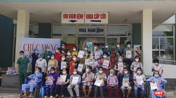Các bệnh nhân mắc COVID-19 được Bệnh viện dã chiến Hòa Vang (Đà Nẵng) cho xuất viện chiều nay (26/8)