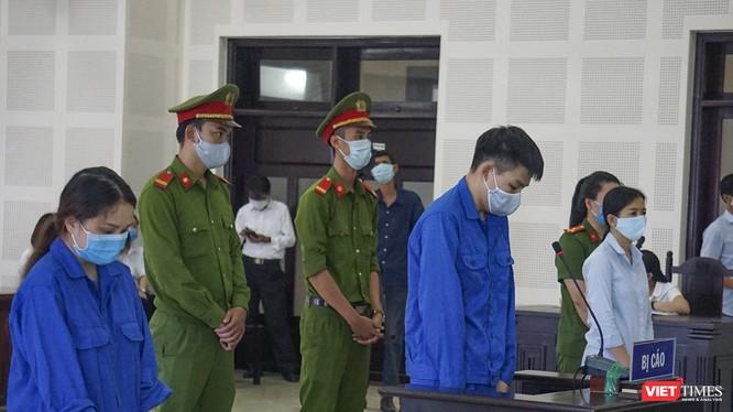 """Các bị cáo tại phiên tòa xét xử vụ án """"Tổ chức cho người khác nhập cảnh Việt Nam trái phép"""" diễn ra sáng 29/8."""