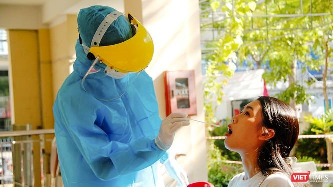 Lực lượng y tế lấy mẫu xét nghiệm cho thí sinh thi tốt nghiệp THPT đợt 2 tại Đà Nẵng