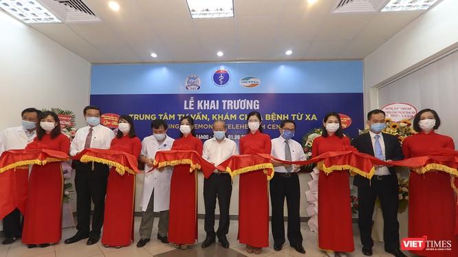 Quang cảnh buổi khai trương Trung đưa Trung tâm Tư vấn, khám chữa bệnh từ xa, ứng dụng hệ thống Telehealth vào phục vụ chăm sóc sức khỏe người dân tại Bệnh viện Trung ương Huế.