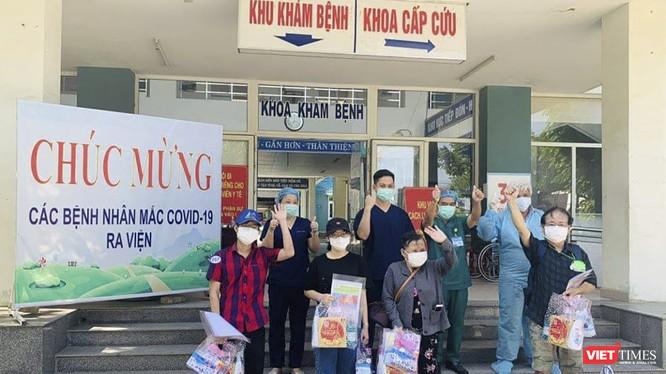 Các bệnh nhân mắc COVID-19 được Bệnh viện dã chiến Hòa Vang cho xuất viện chiều ngày 3/9