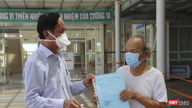 Bệnh nhân 525 (90 tuổi) vừa được Bệnh viện Đa khoa Trung ương Quảng Nam công bố khỏi bệnh và xuất viện