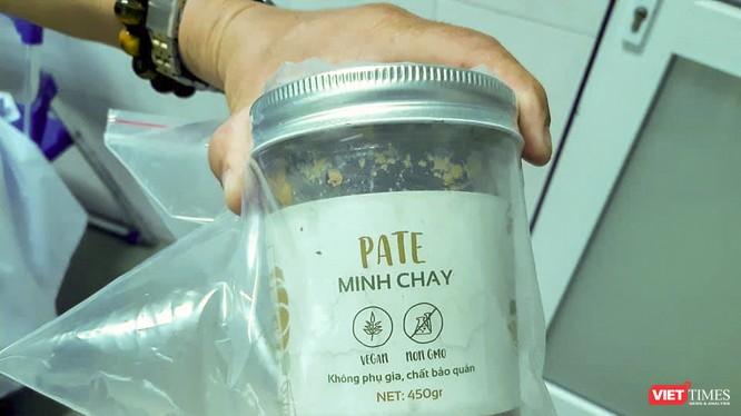 Mẫu sản phẩm pate Minh Chay được ngành y tế Quảng Nam niêm phong, lấy mẫu kiểm nghiệm.