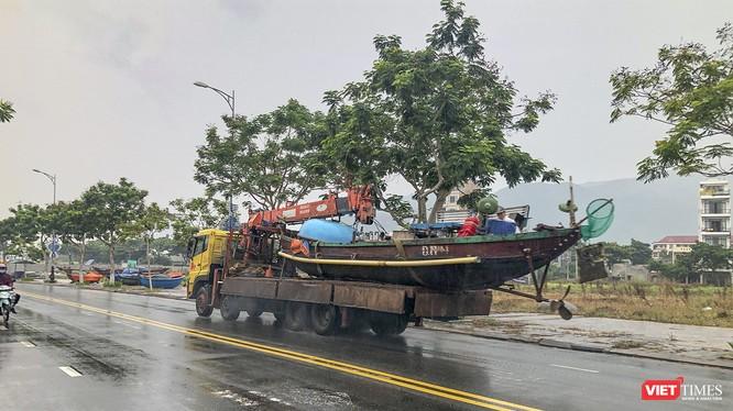 Người dân Đà Nẵng di chuyển tàu thuyền lên bờ tránh bão