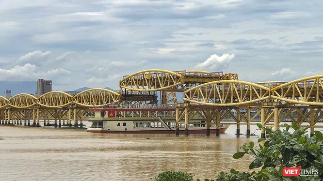 Cầu Nguyễn Văn Trỗi nâng dầm cho tàu thuyền đi qua