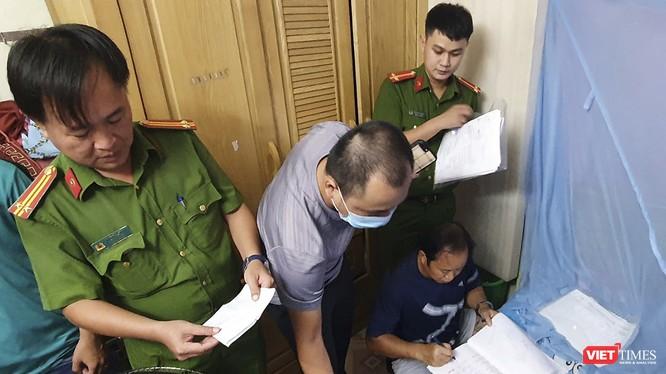 Lực lượng công an đang kiểm tra hiện trường đường dây đánh bạc qua mạng do Huỳnh Ngọc Anh cầm đầu