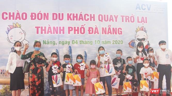 """Đoàn khách du lịch đầu tiên đến Đà Nẵng sau gần 2 tháng TP """"đóng cửa"""" vì dịch COVID-19 bùng phát trở lại"""