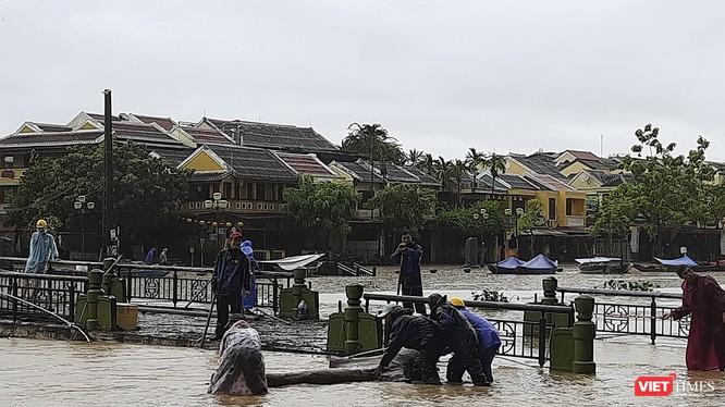 Nước sông Hoài lên nhanh khiến nhiều tuyến đường ven sông ở Hội An bị ngập