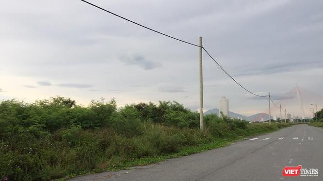 Vệt 65 lô đất của 32 nhà đầu tư tại Khu đông nam Đài tưởng niệm TP Đà Nẵng phải chịu cảnh bỏ hoang hơn 10 năm nay do quyết định thu hồi của UBND TP Đà Nẵng