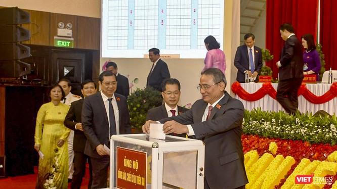Các đại biểu tham dự phiên trù bị Đại hội đại biểu Đảng bộ TP Đà Nẵng lần thứ XXII quyên góp ủng hộ đồng bào miền Trung bị ảnh hưởng bão lũ.