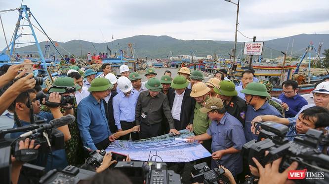 Phó Thủ tướng Chính phủ Trịnh Đình Dũng và Bộ trưởng Bộ NN-PTNT Nguyễn Xuân Cường tại buổi kiểm tra tình hình ứng phó bão số 9 tại âu thuyền Thọ Quang (Đà Nẵng