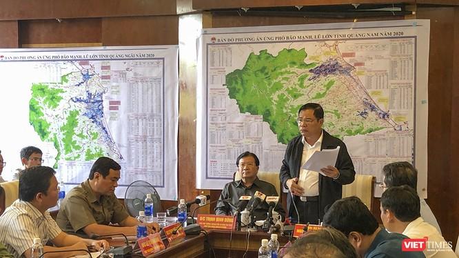 Bộ trưởng Bộ NN&PTNT Nguyễn Xuân Cường tại cuộc họp Ban Chỉ huy tiền phương ứng phó bão số 9
