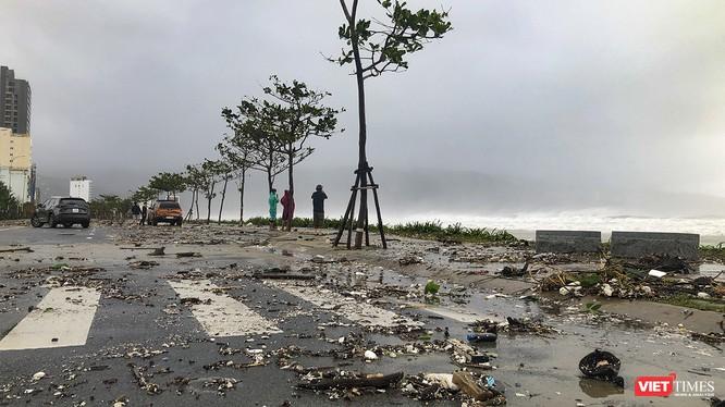 Đường Võ Nguyên Giáp (Đà Nẵng) biến thành bình địa khi cơn bão số 9 quét qua Đà Nẵng