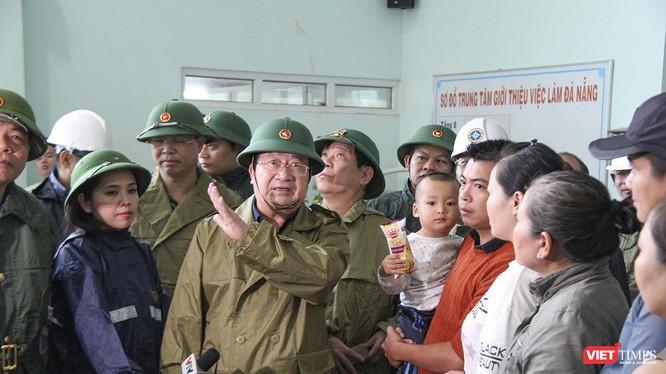 Phó Thủ tướng Trịnh Đình Dũng kiểm tra thực tế nơi sơ tán dân ở Đà Nẵng