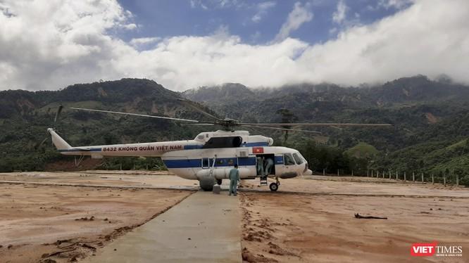 Máy bay của Trung đoàn 930 (thuộc Sư đoàn Không quân 372) làm nhiệm vụ tiếp tế cho người dân huyện Phước Sơn (Quảng Nam)