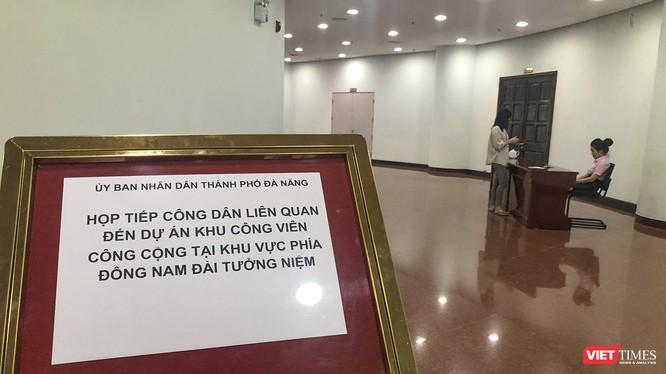 Nhân viên tại cuộc họp viện lý do cơ quan báo chí không có giấy mời để từ chối phóng viên tham dự buổi tiếp công dân liên quan đến việc thu hồi đất tại khu vực Công viên Đông Nam Đài tưởng niệm (thuộc quận Hải Châu, TP. Đà Nẵng).