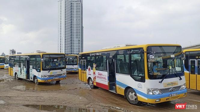 Xe buýt nằm bãi đổ do tài xế đình công
