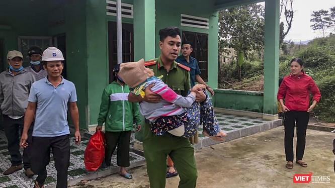 Lực lượng công an ở Đà Nẵng đưa người dân ở vùng nguy hiểm đi sơ tán trước khi bão số 13 vào bờ