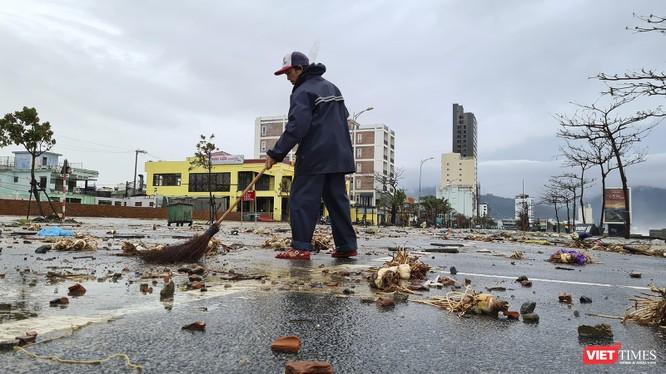 Lực lượng chức năng dọn dẹp hậu quả bão số 13