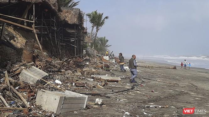 Bãi biển An Bàng (Hội An) tan nát sau bão số 13