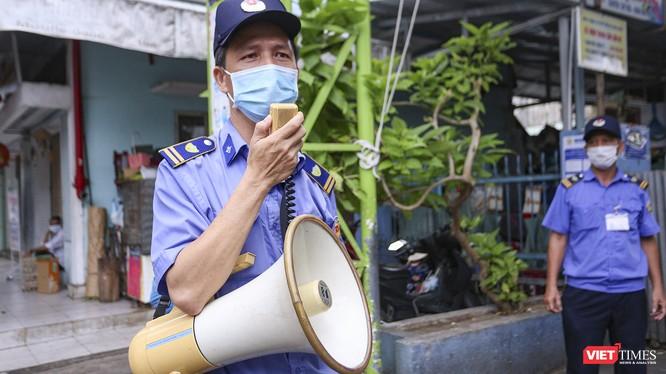 Lực lượng bảo vệ tuyên truyền phòng, chống dịch COVID-19 đối với người dân đi chợ ở Đà Nẵng