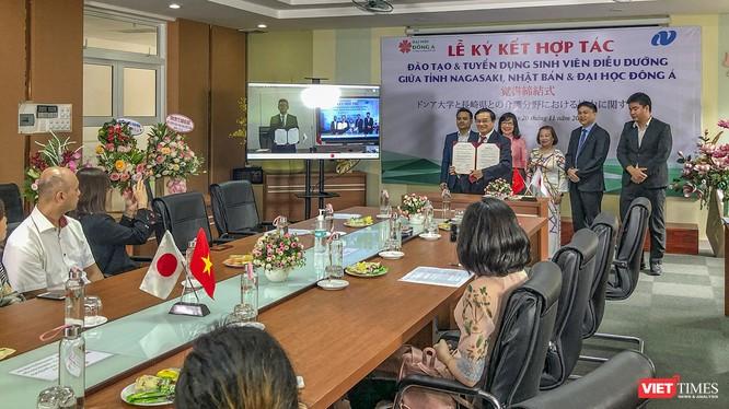 Quang cảnh buổi lễ ký kết trực tuyến giữa Phòng Phúc lợi & chăm sóc sức khỏe tỉnh Nagasaki (Nhật Bản) và Đại học Đông Á (Đà Nẵng) diễn ra sáng ngày 20/11