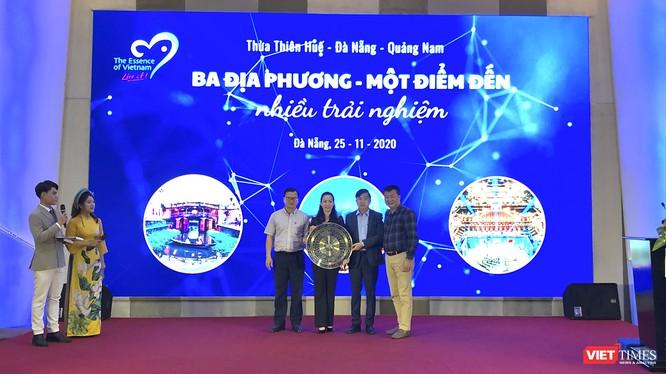Đại diện Sở Du lịch 3 địa phương gồm Đà Nẵng, Quảng Nam, Thừa Thiên Huế nhận quà lưu niệm của CLB lữ hành UNESCO Hà Nội và đoàn Famtrip đến từ các tỉnh thành trên cả nước đến tham dự chương trình kích cầu.