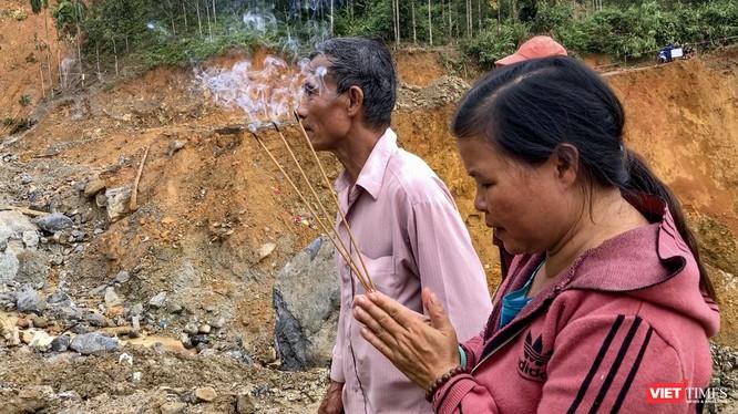 Bà Đoàn Thị Ngọc khấn cầu cho tìm được thi thể người chồng