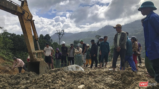 Người Trà Leng dán mắt vào từng viên đá được đào lên với hy vọng tìm thấy thi thể người thân