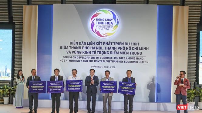 Uỷ ban MTTQ Việt Nam TP HCM đã trao tặng kinh phí hỗ trợ đồng bào bị thiệt hại do bão lũ ở các tỉnh Quảng Nam, Quảng Ngãi, Thừa Thiên Huế, Bình Định và Đà Nẵng