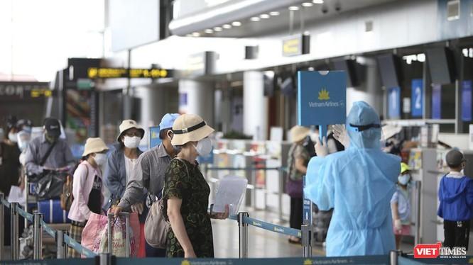 Hành khách đi máy bay tuân thủ các quy định phòng dịch COVID-19