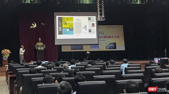 GS.TS.Hồ Tú Bảo - Giám đốc Phòng thí nghiệm Khoa học dữ liệu, Viện nghiên cứu cao cấp về Toán học (kiêm Giám đốc học khoa học Viện John Von Neuman, Đại học quốc gia TP HCM) trình bày tại sự kiện