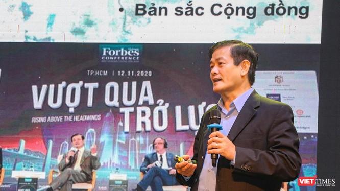 TSKH.KTS. Ngô Viết Nam Sơn trình bày tham luận về định hướng phát triển đô thị Huế.