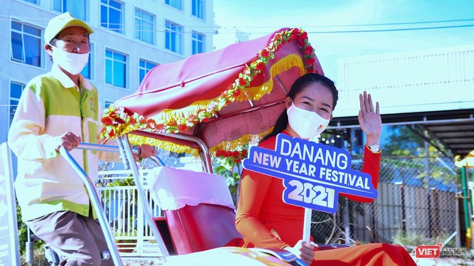 """Xích lô du lịch Đà Nẵng diễu hành """"Chào năm mới 2021"""""""