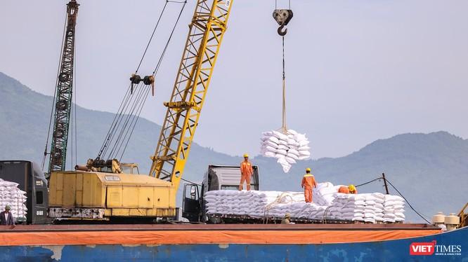 Hàng hoá đang được xếp dỡ tại Cảng Tiên Sa (Đà Nẵng)