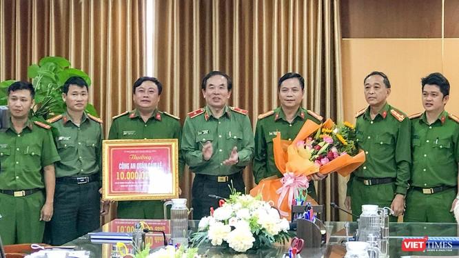 Thiếu tướng Vũ Xuân Viên - Giám đốc Công an TP Đà Nẵng tặng thưởng lực lượng Công an quận Cẩm Lệ.