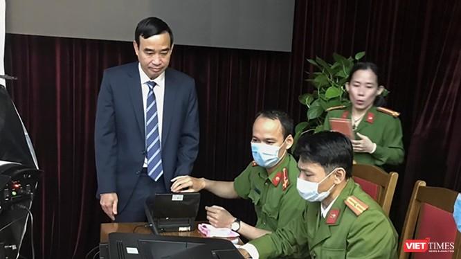 Ông Lê Trung Chinh - Chủ tịch UBND TP Đà Nẵng đi làm thẻ căn cước công dân gắn chíp trong sáng ngày 4/1