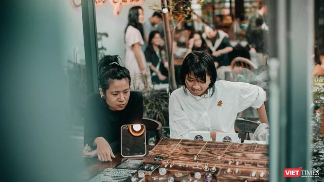 Một góc gian hàng bán đồ trang sức đá chế tác bằng thủ công