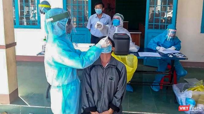 Lực lượng y tế lấy mẫu xét nghiệm SARS-CoV-2 cho người dân Gia Lai (Ảnh: TTGDSK - CDC Gia Lai)