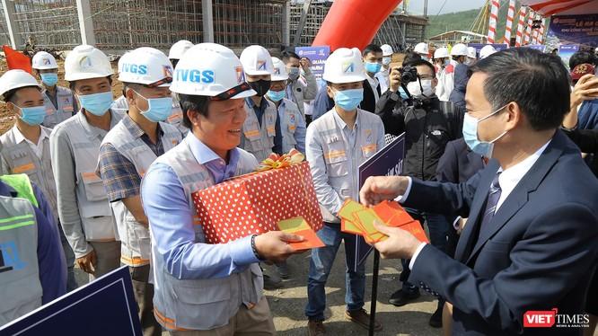 Ông Lê Trung Chinh - Chủ tịch UBND TP Đà Nẵng tặng quà đầu năm cho công nhân trên công trường xây dựng tại Khu Công nghệ thông tin (CNTT) tập trung Đà Nẵng