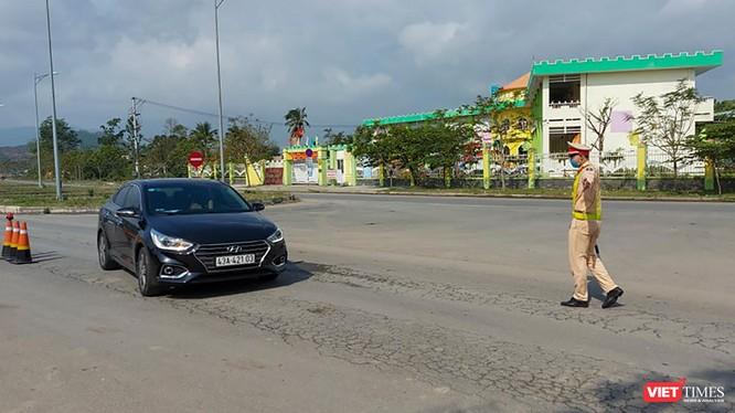 Lực lượng CSGT TP Đà Nẵng chốt chặn kiểm soát phương tiện trên các nút giao thông dẫn vào TP để phòng, chống dịch COVID-19