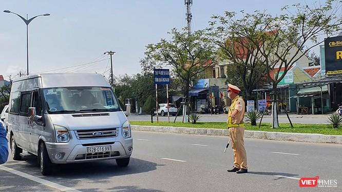 Lực lượng CSGT Đà Nẵng yêu cầu phương tiện dừng và thực hiện khai báo y tế tại các chốt kiểm dịch COVID-19