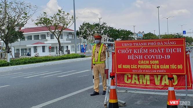 Lực lượng CSGT Đà Nẵng túc trực các chốt kiểm soát dịch tại cửa ngõ ra vào TP